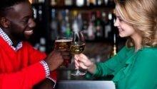 Man die een date heeft met een mooie vrouw dankzij de 5 beste feilloze datingtips voor mannen